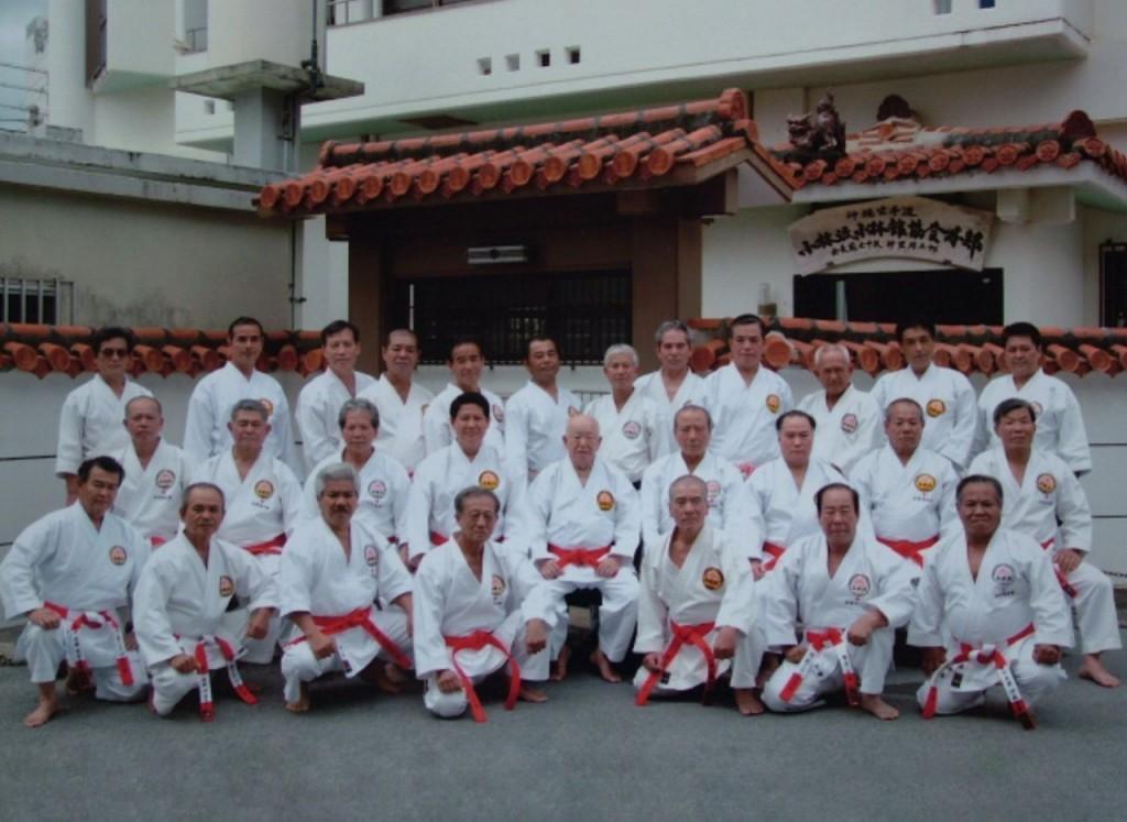 El-maestro-Shugoro-Nakazato-y-sus-alumnos-7º8ºy9ºDanes-de-Okinawa-1024x747
